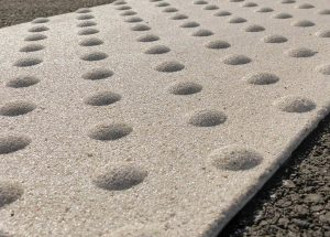 Taktilt farefelt i hvit med steinkorn og harpiks