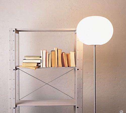 En bokhylle godt opplyst av en Global lampe