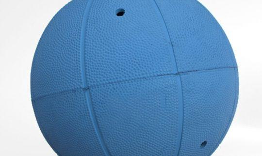 En blå goalball med små hull slik at lyden innefra blir hørbar