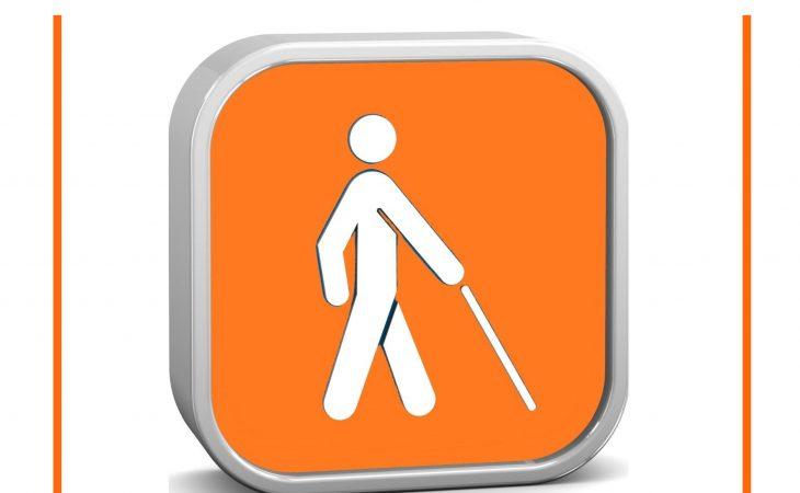 Et firkantet skilt med avrundede hjørner. Skiltet viser symbolet et menneske gående på hvit stokk. Symbolet er hvitt på oransje bakgrunn.
