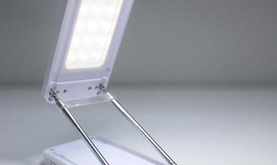 Hvit reiselampe med god ledbelysning. Klappes helt sammen til størrelse med en mobiltelefon. og med teleskop som sikrer god høyde på lyset.