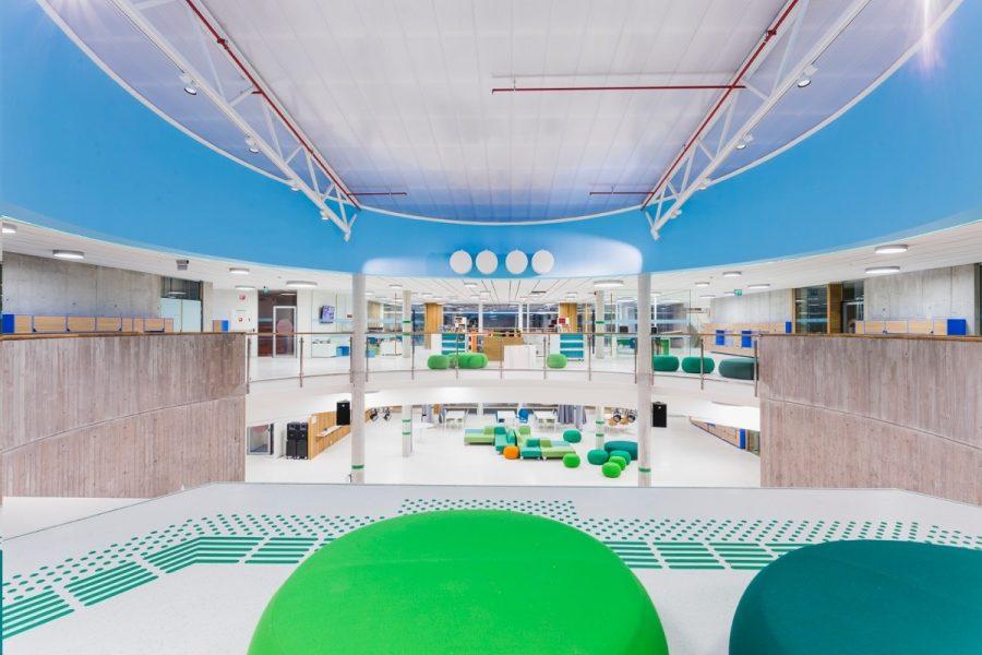 Landås skole i Bergen med spesialtilpassede elementer i flaskegrønn farge