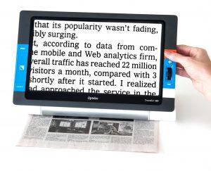 Optelec Traveller, en flott elektronisk lupe med stor skjerm og genial sideveis bevegelse som gjør det lettere å lese.