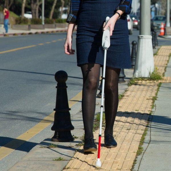 Kvinne som bruker mobilitystokk